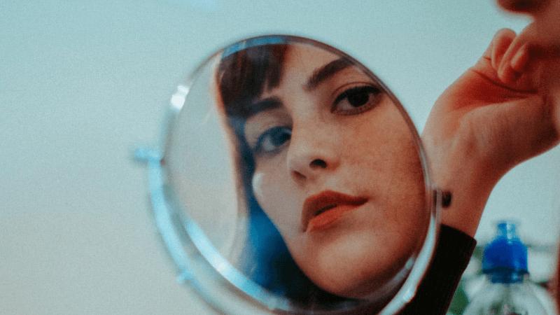 ¿Qué ves cuando te miras en el espejo?